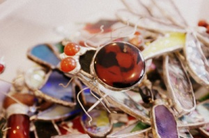 Pająk - biżuteria wykonana metodą witrażu Tiffany`ego. W tle ważki witrażowe.