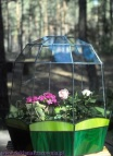 Szklarenka witrażowa na zioła i niskie kwiaty. Podstawa utrzymana w odcieniach zieleni.
