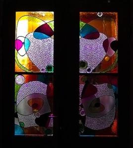 Przeszklenia witrażowe do drzwi - kolorowe szkło witrażowe i denka od butelek i słoiczków.