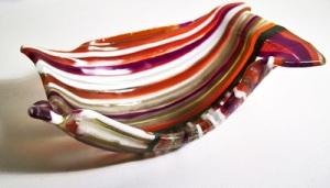 Miesczka fusingowa zgrzana z pasków kolorowego szkła(czerwono-biało-brązowa)