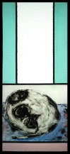 witraż tradycyjny ze śpiącym czarno-białym kotem. prawiony na podobieństwo zwoju kakemono