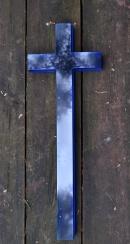 Krzyż szklany niebieski, wytopiony z różnych odcieni niebieskiego. Fusing w formie