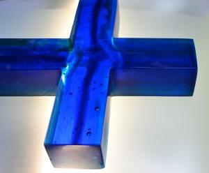 Krzyż niebieski - rzeźba 76cm wysokości -technika fusingu w formie - zbliżenie. Widać zatopione bąble powietrza.