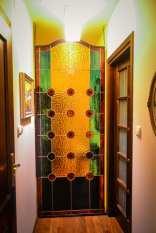 Witraż z gomółkami rozdzielający korytarz na dwie części wymiary 230cmx 92cm. Dzięki temu że naprzeciwko witraża jest zlokalizowane duże okno w ciągu dna gospodarze uzyskalli piękne doświetlenie małego i wcześniej ciemnego korytarza. Witraż został osadzony w specjalnie w tym celu wykonanej metalowej ramie.