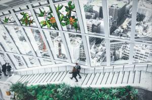 Witraże ze swobodnym nowoczesnym wzorem kwiatowym ożywiają surowość klatki schodowej i w połączeniu z nielenią poniżej nadają jej charakter harmonijnego otoczenia zielenią.